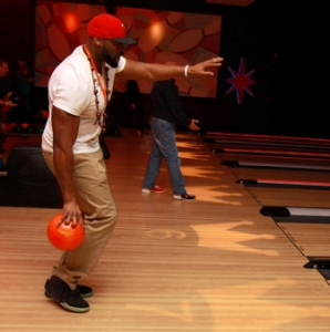 Izzy Idonije shows off his chic bowling style